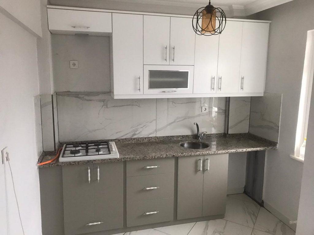 beyaz gri renk tek duvar mutfak dolabı