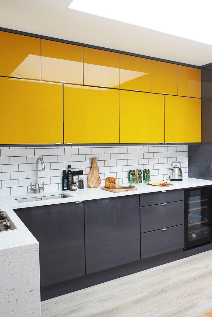 sarı ve gri renk mutfak dolabı