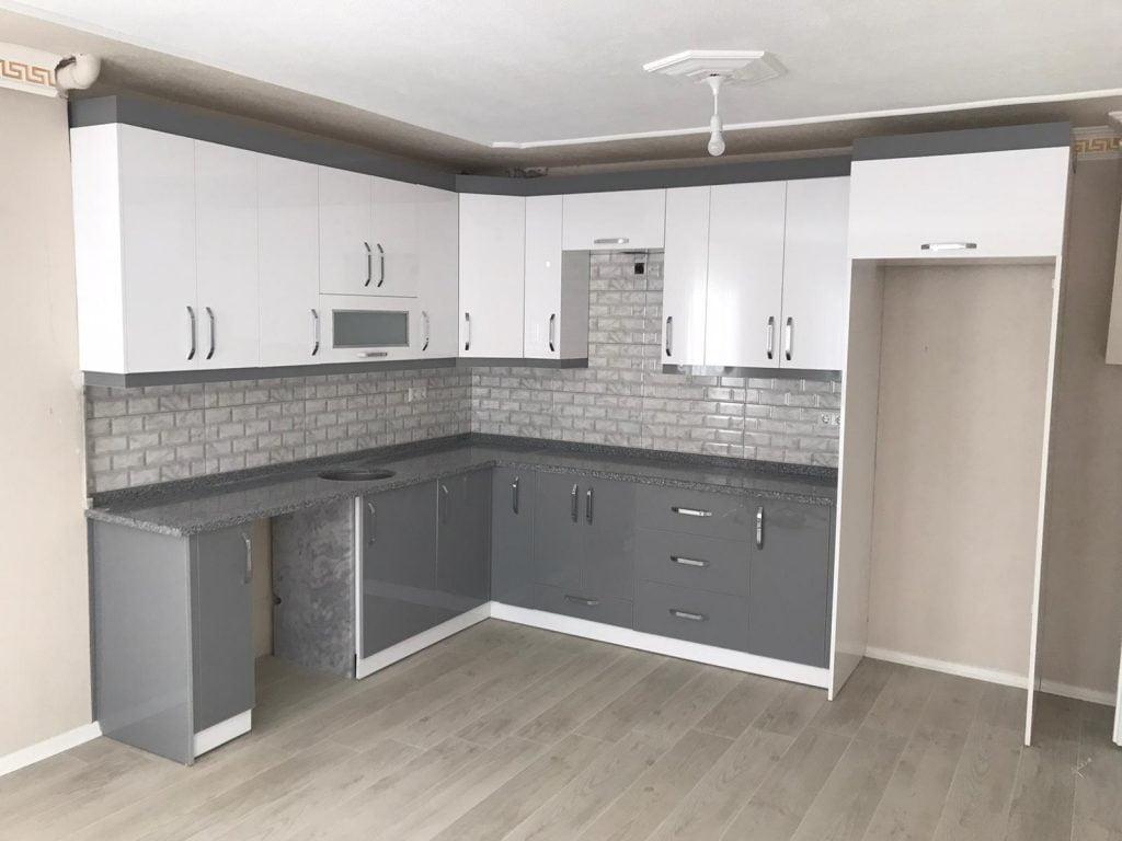 beyaz gri akrilik kapaklı mutfak dolabı
